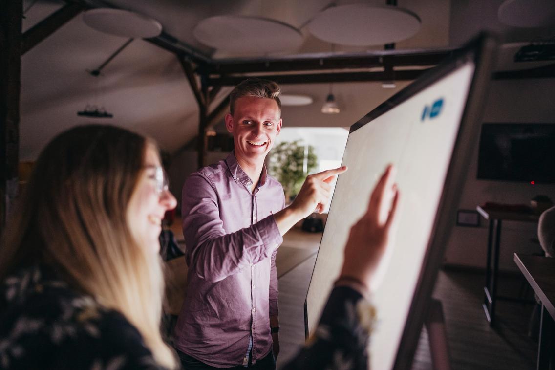 Auszubildende arbeiten am Touchpad