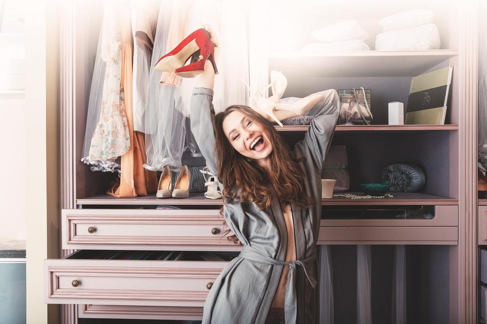 Frau freut sich über die mylola Vorteile