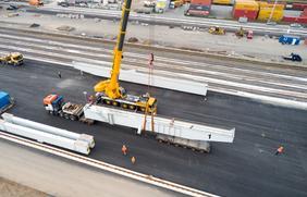 Anlieferung von Kranteilen für das neue KV Terminal im Hafen Osnabrück