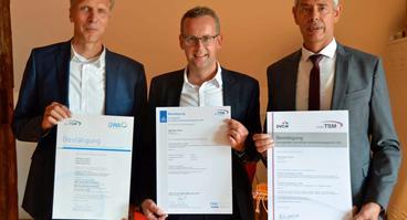 Zertifikate für die erfolgreiche TSM-Prüfung: Ralf Hilmer (DWA-Geschäftsführer Landesverband Nord, links) und Dr. Torsten Birkholz (DVGW-Geschäftsführer Landesverband Nord, rechts) überreichen die Urkunden an SWO Netz-Geschäftsführer Heinz-Werner Hölscher.