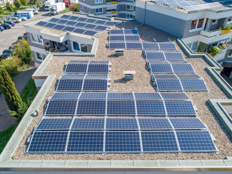 Photovoltaikanlage auf dem Flachdach eines Unternehmens