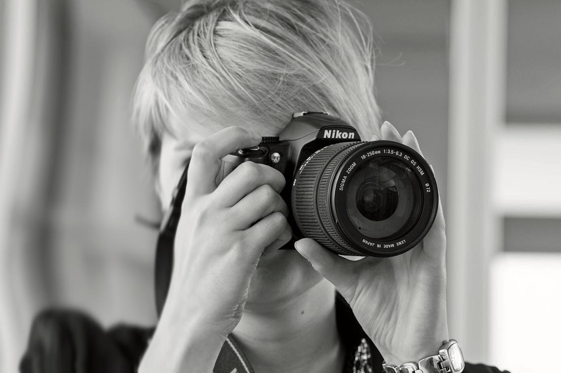 Frau mit Kamera in der Hand