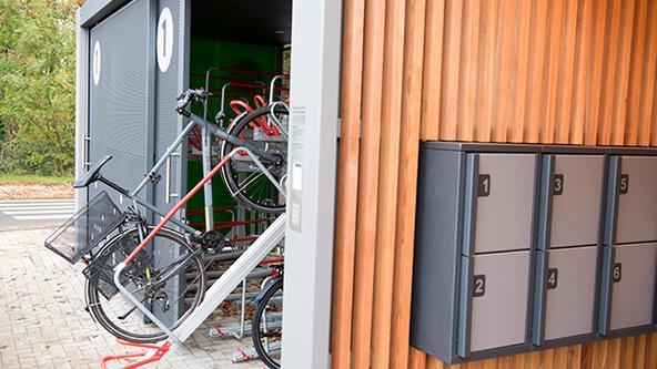 Fahrrad wird in Radbar gestellt