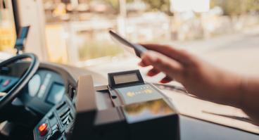 Kunde bezahlt mit HandyTicket im Bus der VOS