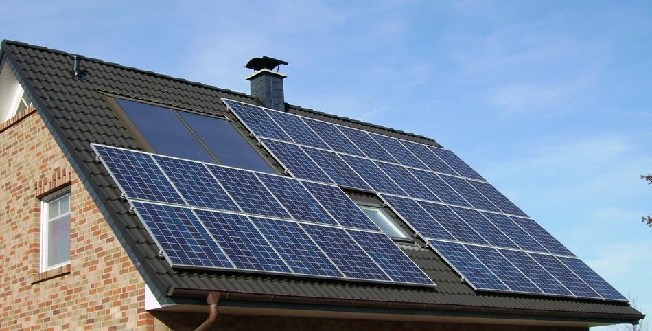 Einfamilienhaus mit einer Photovoltaikanlage auf dem Dach