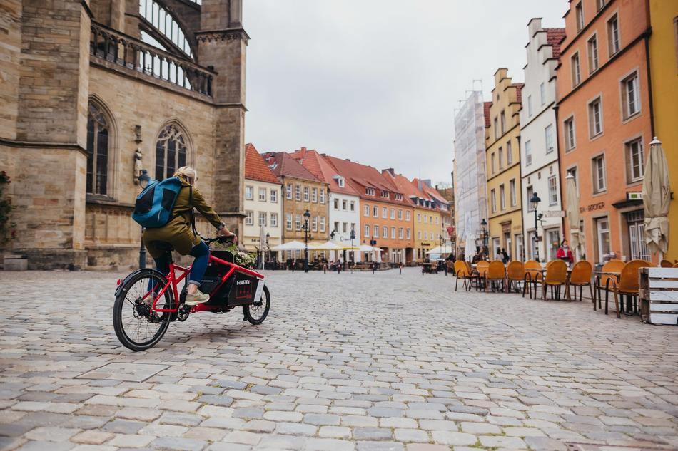 E-Lastenradfahrer fährt über den Marktplatz