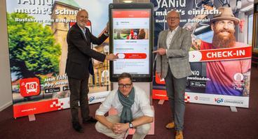 Geben den Startschuss für YANiQ: (hinten v.l.) Stadtwerke-Mobilitätsvorstand Dr. Stephan Rolfes, Werner Linnenbrink (Leiter Mobilitätsangebot) sowie (sitzend) Maik Blome (Leiter Vertrieb Mobilität).