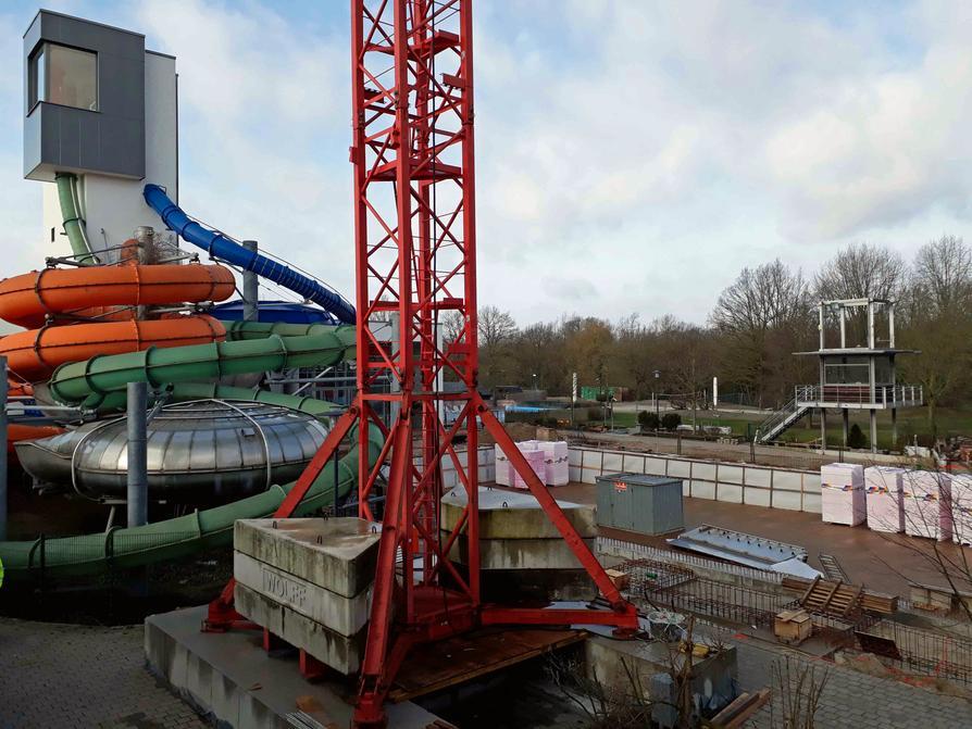 Der Bau der Einhausung des 33-Meter-Außenbeckens im Nettebad hat bereits begonnen.