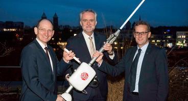 LoRaWAN-Funkantennen sollen Osnabrück zu einer Smart City werden lassen: (V.l.) Stadtwerke-Vorstandsvorsitzender Christoph Hüls, Oberbürgermeister Wolfgang Griesert und SWO Netz-Geschäftsführer Heinz-Werner Hölscher.