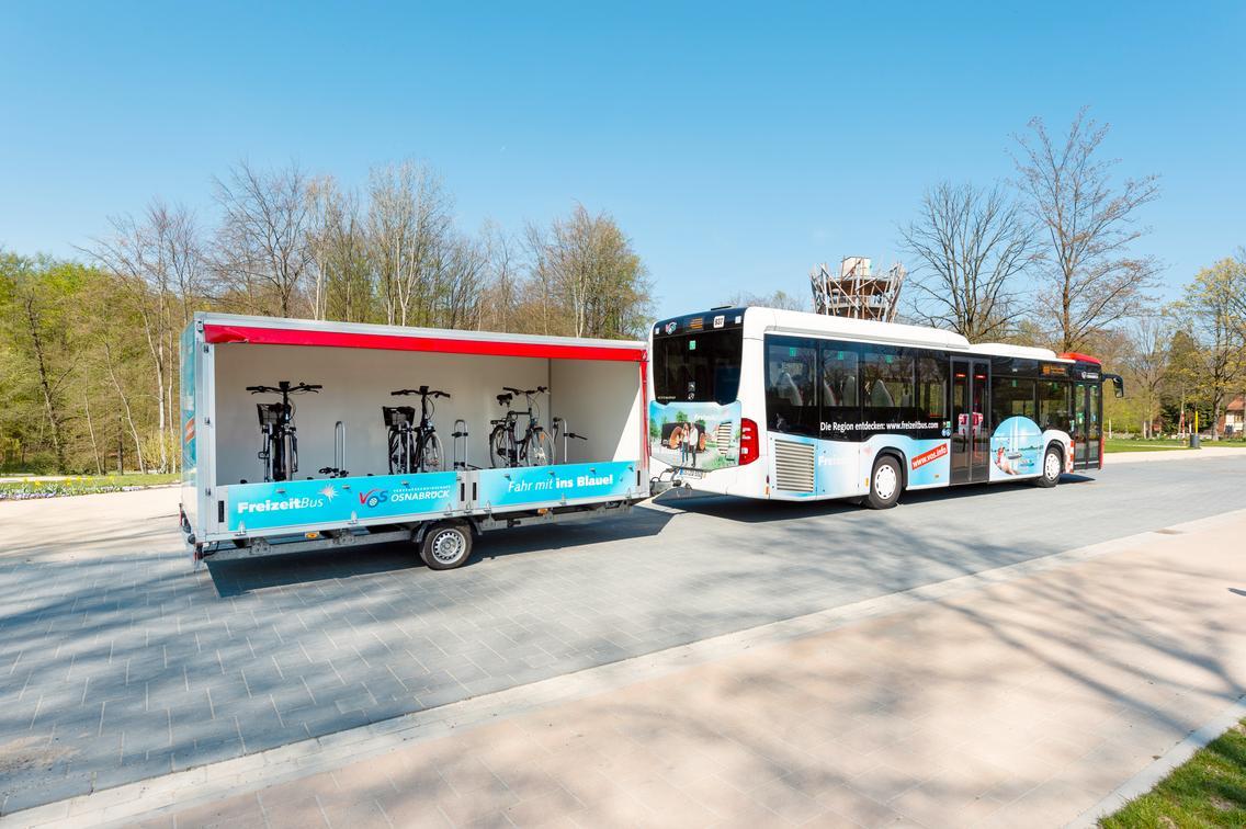 FreizeitBus der VOS mit Anhänger für Fahrräder