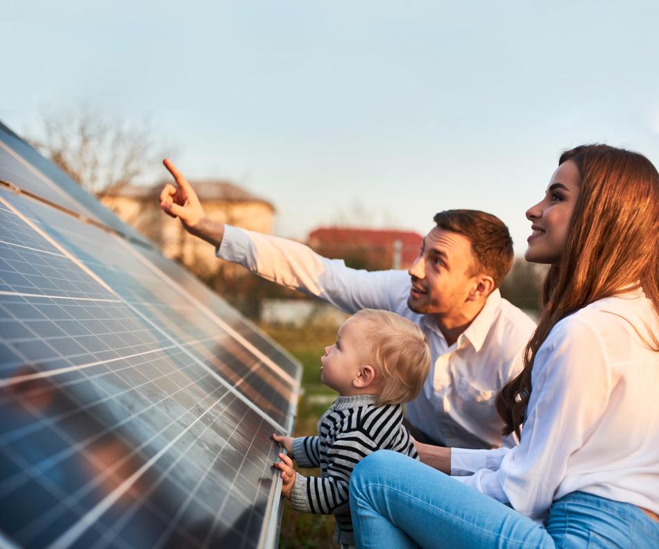 Eltern zeigen ihrem Kind eine Photovoltaikanlage