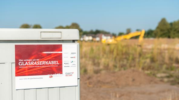 """Ein Schild zum Projekt """"Glasraserkabel"""" der SWO Netz GmbH an einem Distributionspunkt"""