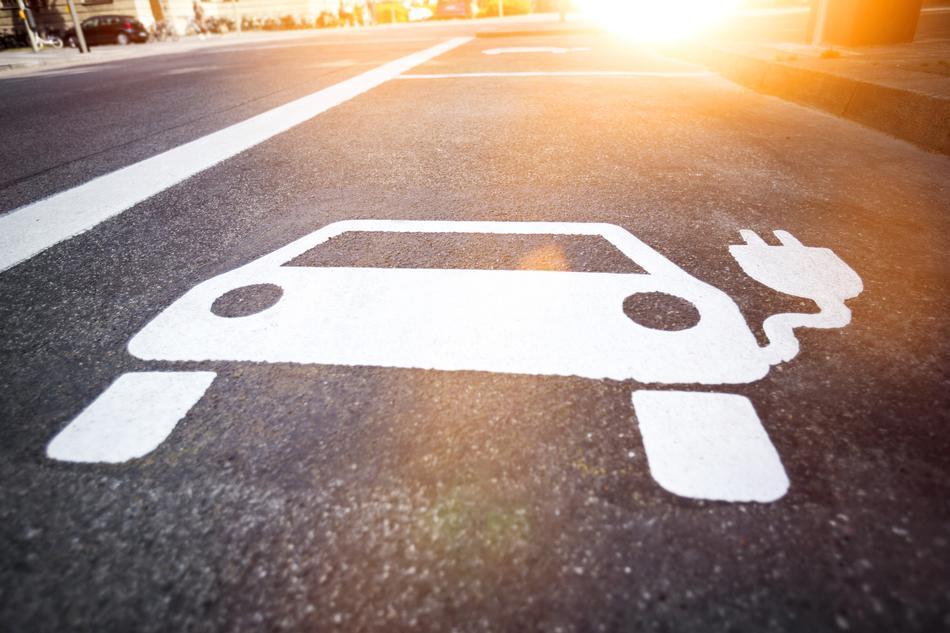 Straßenmarkierung für E-Autos