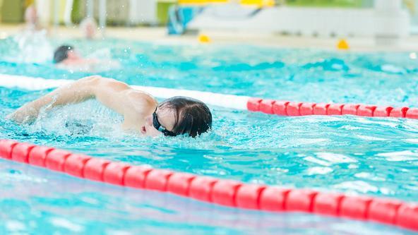 Schwimmer krault im Sportbecken