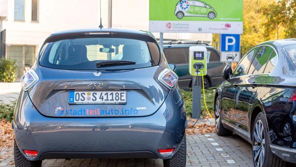 Elektroauto des Carsharing Anbieters stadtteilauto Osnabrück von hinten