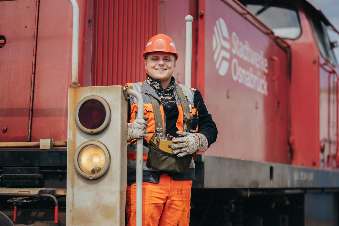 Auszubildender auf einer Eisenbahn Lokomotive