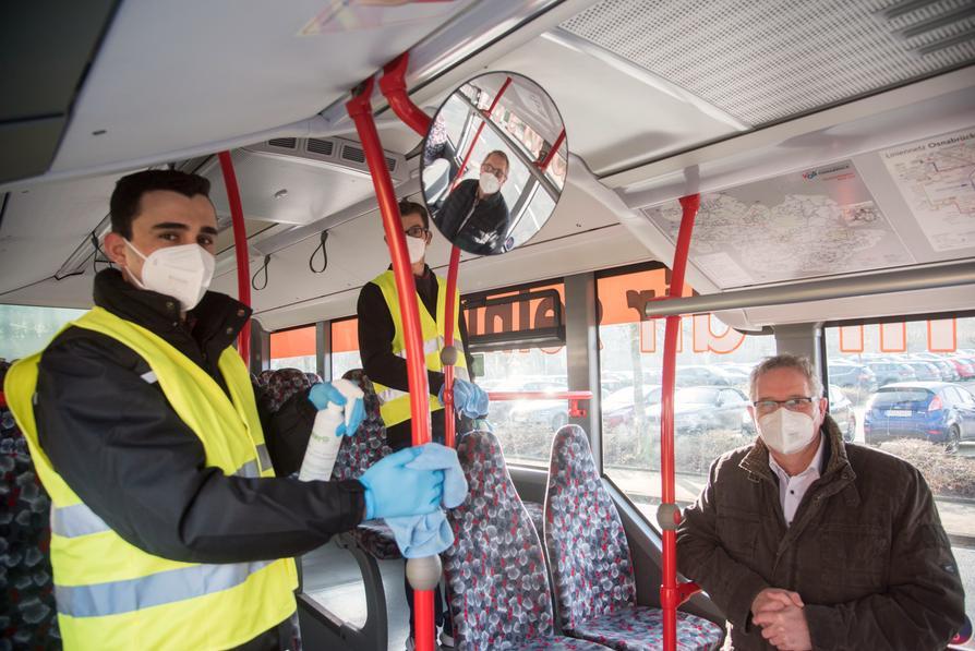 Kreisrat Dr. Winfried Wilkens und Hubert Borgelt (im Rückspiegel), Geschäftsführer Schrage Reisen, begleiten ein Bus-Hygieneteam