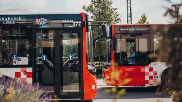Busse der VOS warten am Hauptbahnhof in Osnabrück