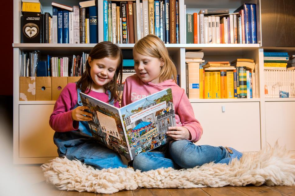 Zwei Mädchen lesen im Stadtwerke Wimmelbuch
