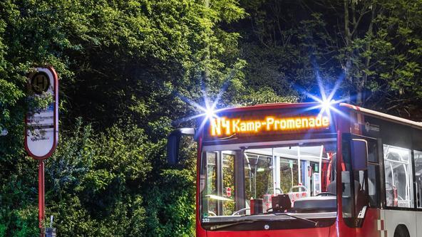 NachtBus der Linie N4 an einer Bushaltestelle