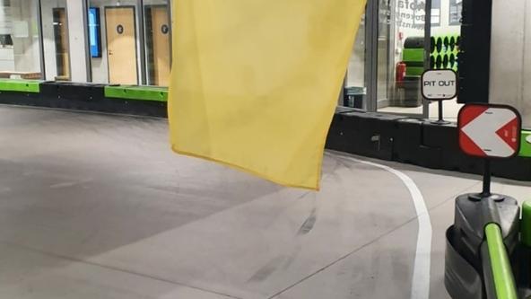 Die gelbe Flagge warnt vor einer Gefahr.