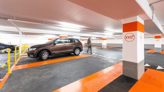 SUV steht in XXL Parkbucht im Parkhaus Ledenhof in Osnabrück