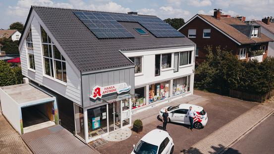 Gebäude der Hansa Apotheke mit Photovoltaikanlage auf dem Dach