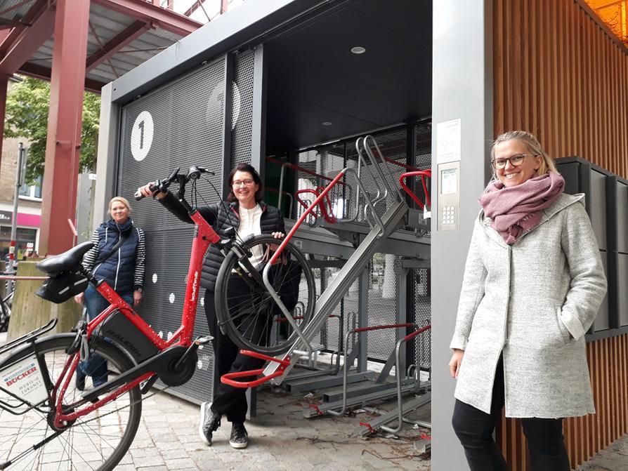 Geben den Startschuss für die Fahrradabstellanlage am Kamp: (V.l.) Susanne Hambürger dos Reis (Projektpatin), Brigitte Strathmann (Mobile Zukunft) und Sarah Born (Stadtwerke).
