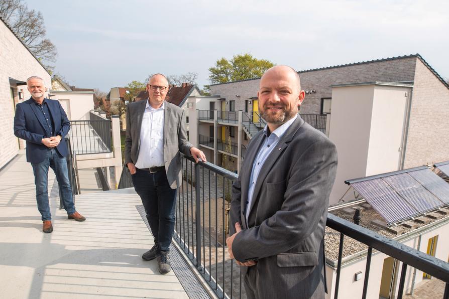 Oberbürgermeister Wolfgang Griesert (links), Dirk König, Leiter des Eigenbetriebs Immobilien und Gebäudemanagement (Mitte) und WiO-Geschäftsführer Marcel Haselof besichtigen den modernen Wohnkomplex für Menschen mit geringem Einkommen in der Kokschen Straße.