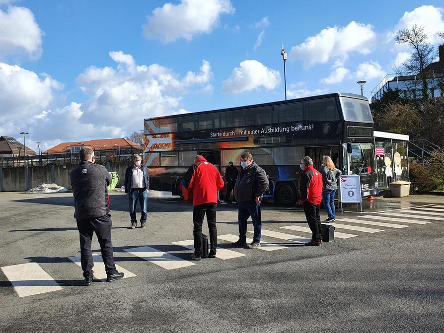 Der Azubi-Doppeldeckerbus umfunktioniert als Corona-Schnelltestzentrum.
