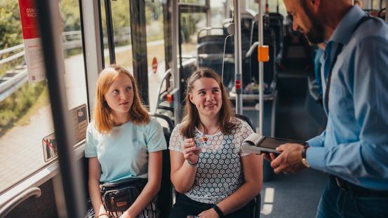 Schülerinnen im Bus
