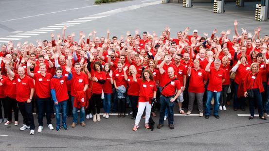 Gruppenbild von Beteiligten in roten T-Shirts
