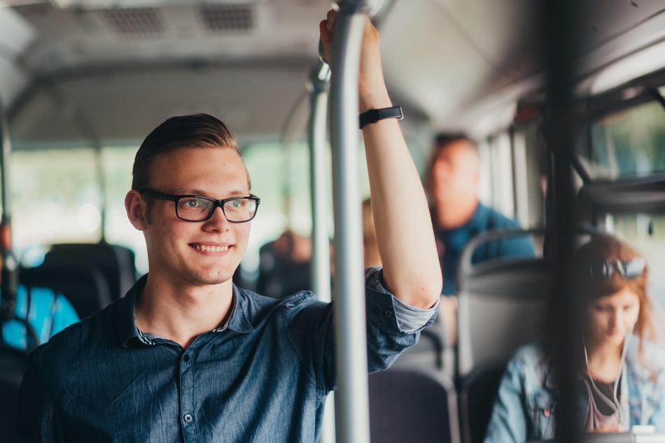 Kunde steht im Bus der VOS