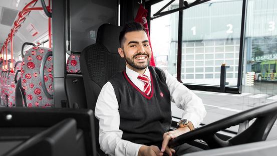 Der Busfahrer bringt die Osnabrücker sicher zur Arbeit und in die Schule.