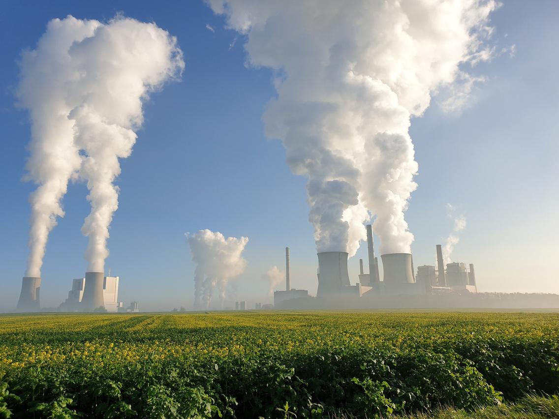Kraftwerk im Hintergrund eines Feldes