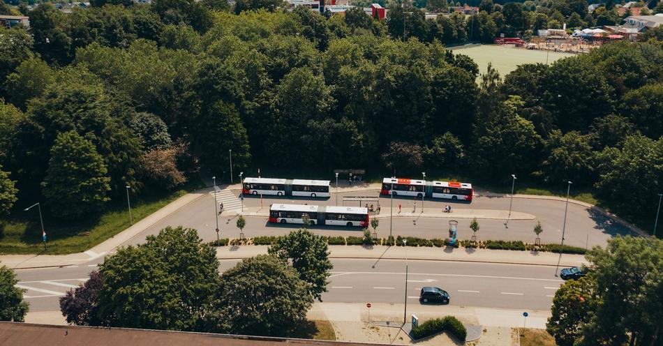 Drei Busse der Verkehrsgemeinschaft Osnabrück an einer Haltestelle