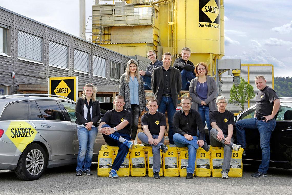 SAKRET Team vor Silo und Werk in Solothurn