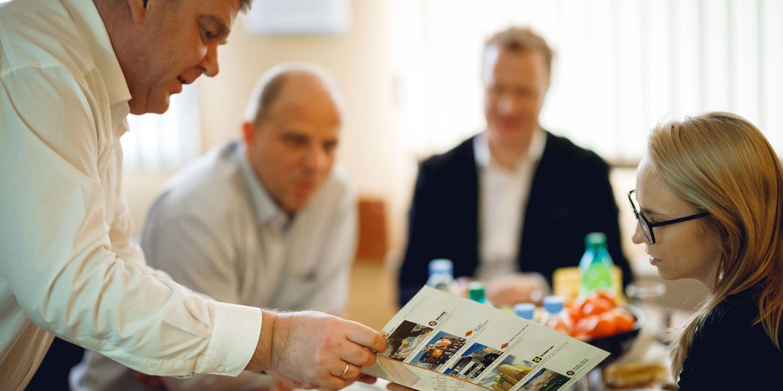 Besprechung im Head Office des SAKRET SIA: Die weitere Expansion will gut geplant sein.