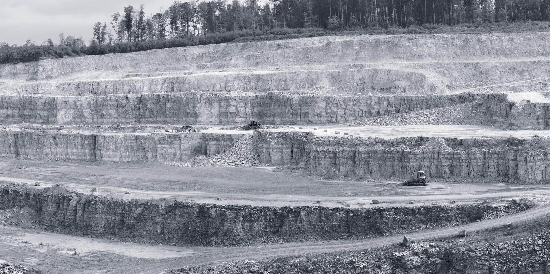 Ein Steinbruch mit Verarbeitungsanlagen von SAKRET.