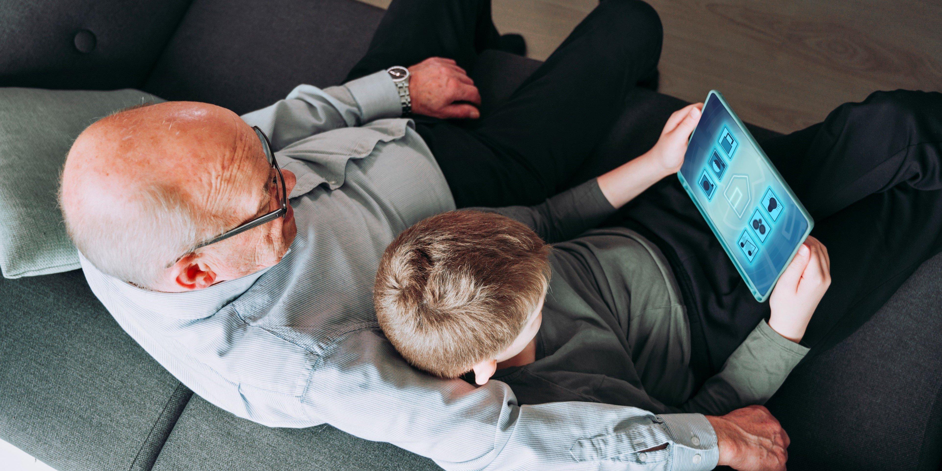 Großvater mit Enkel am Screen