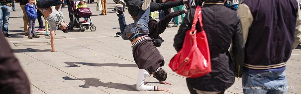 Smart City Cities Stadt Fußgänger Tänzer