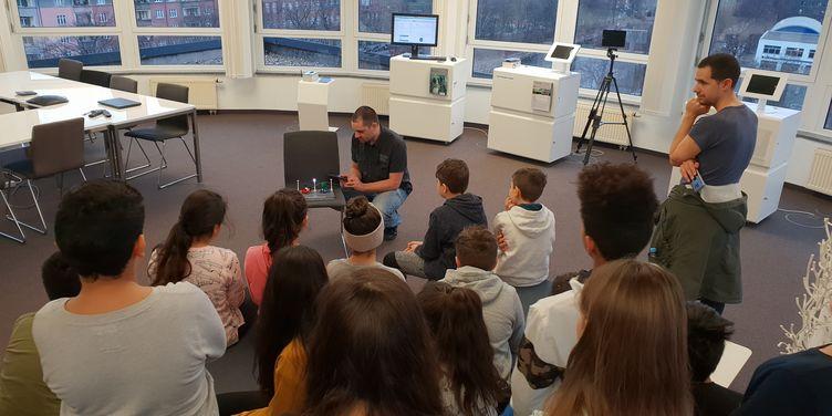 IoT zum Anfassen: Mierendorff-Grundschule zu Besuch bei Fraunhofer FOKUS