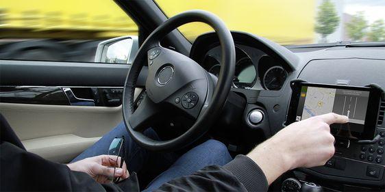 Nutzer in vernetztem Fahrzeug