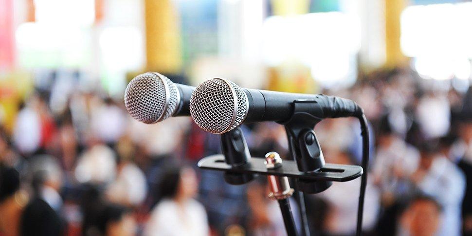 Mikrophone bei Konferenz