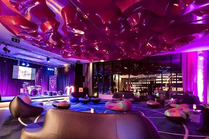 Musikhotel nhow Berlin Lobby Lounge mit Buehne