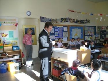 Bücherübergabe in der Erika-Mann-Grundschule