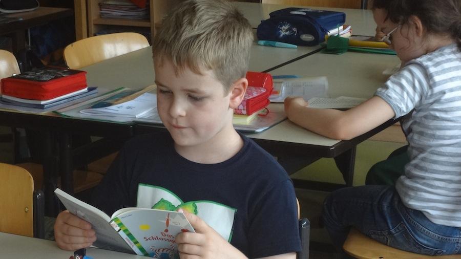 LLLL-Bücherübergabe in der Grundschule im Moselviertel